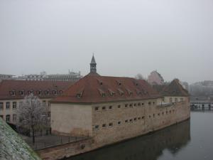 Вид на здание Национальной школы администрации с дамбы Вобана в Страсбурге
