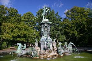 Фонтан Нептун в городском парке в Нюрнберге, Германия