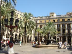 Королевская площадь с фонарями Гауди, Барселона, Испания