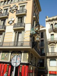 Дом с зонтиками на бульваре Рамбла, Барселона, Испания
