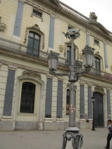 Здание таможни и фонари работы Гауди, Барселона, Испания