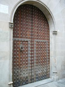 Дверь здания Мэрии Барселоны, Испания