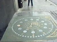 Часы на мостовой, Барселона, Испания