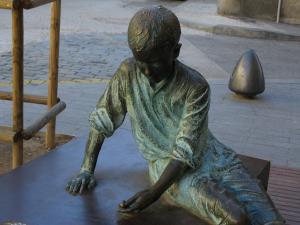 Памятник юному Гауди, Реус, Испания