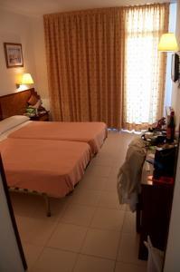 Общий вид двухместного номера в отеле Olympus Palace, Салоу, Испания