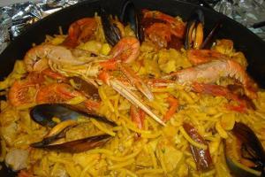 Каталонское блюдо фидеуа с морепродуктами